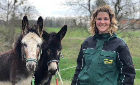 Hausleitung Linda Schaal mit unseren Eseln Sina und Lilly